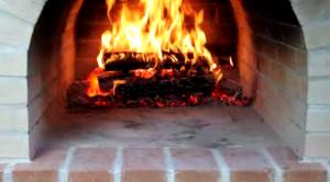 Вид на место перед горящими дровами, куда будет уложена пицца для выпечки