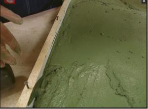 Заполнение пресс-формы цементным раствором наполовину